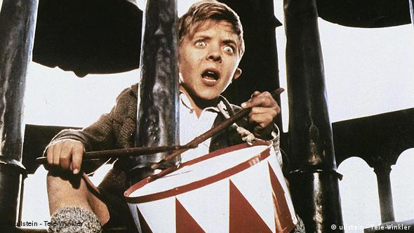 Oskar Matzerath trommelt im Glockentrurm in dem Film Die Blechtrommel (Ullstein Tele Winkler)