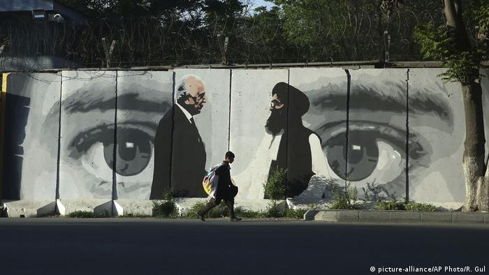 Afghanistan Kabul | Graffiti Zalmai Khalilzad & Mullah Baradar (picture-alliance/AP Photo/R. Gul)