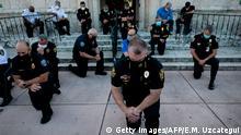 USA Protest George Floyd - kniende Polizisten
