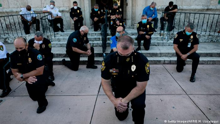USA Protest George Floyd - kniende Polizisten (Getty Images/AFP/E.M. Uzcategui)