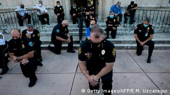 Полицейские во Флориде преклоняют колено в память о Джордже Флойде