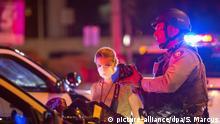 30.05.2020, USA, Las Vegas: Die Fotografin Ellen Schmidt, Mitarbeiterin der Zeitung «Las Vegas Review Journal», wird von Polizisten der Las Vegas Metro Police während eines «Black Lives Matter»-Protestes festgehalten, ein Polizist hält ihre Kamera in der Hand. Die Proteste richtet sich nach dem gewaltsamen Tod des Afroamerikaners Floyd durch einen weißen Polizisten gegen Rassismus und Polizeigewalt. Nach der Tötung von Floyd ist es in mehreren US-Städten zu teils schweren Ausschreitungen gekommen. Foto: Steve Marcus/Las Vegas Sun/AP/dpa +++ dpa-Bildfunk +++ |