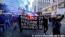 29.05.2020, USA, Oakland: Demonstranten marschieren auf einer Straße und halten ein Banner, auf dem vier Städte samt Jahreszahlen aufgelistet sind, in denen Schwarze von Polizisten getötet wurden. Die landesweiten Proteste richten sich nach dem gewaltsamen Tod des Afroamerikaners Floyd durch einen weißen Polizisten gegen Rassismus und Polizeigewalt. Nach der Tötung von Floyd ist es in mehreren US-Städten zu teils schweren Ausschreitungen gekommen. Foto: Noah Berger/AP/dpa +++ dpa-Bildfunk +++ |