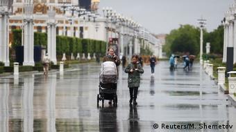 Люди прогуливаются на ВДНХ в Москве