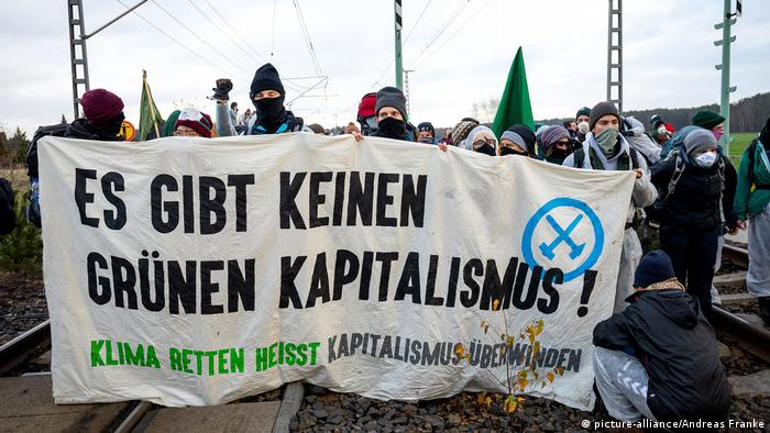 Anti-coal protest in Lausitz, Germany. November 30, 2019. (picture-alliance/Andreas Franke)