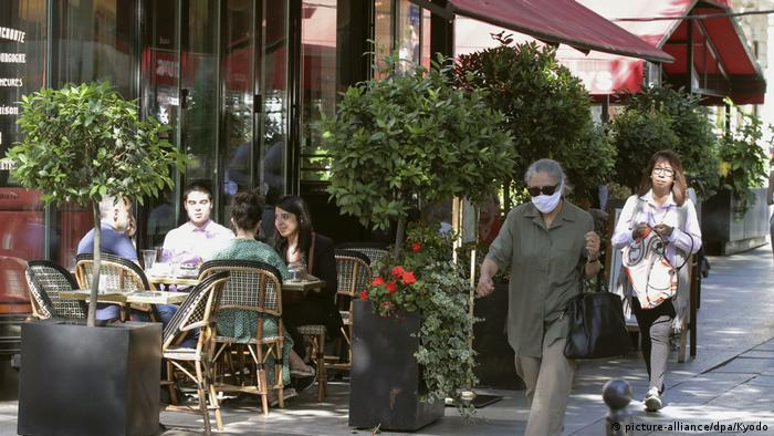 Customers chat at a reopened restaurant in Paris on June 2, 2020, as France moves into the second phase of easing coronavirus lockdown measures (picture-alliance/dpa/Kyodo)