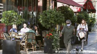 Прохожие в масках на одной из улиц Парижа