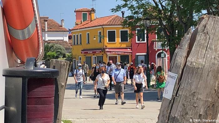 Turistas retornam à ilha de Burano, na lagoa de Veneza