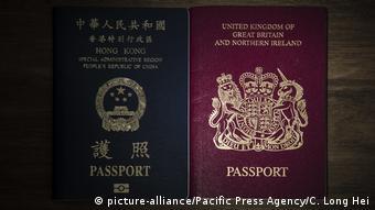 Паспорт жителя Гонконга (слева) и гражданина Великобритании