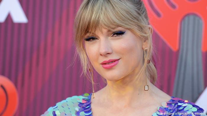 Taylor Swift lächelt bei den iHeartRadio Music Awards 2019.