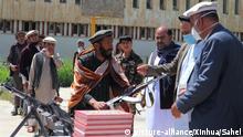 Afghanistan kapitulierenden Taliban-Kämpfer übergeben Waffen