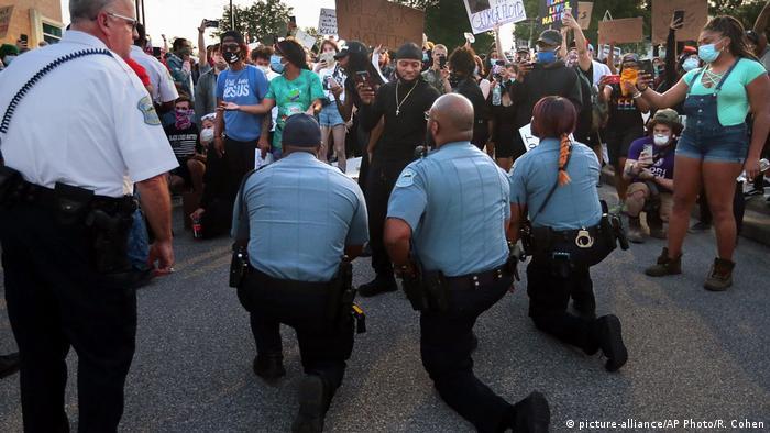 USA Proteste Polizisten gedenken George Floyd (picture-alliance/AP Photo/R. Cohen)