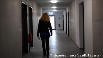 Женщина идет по коридору в общежитии для беженцев в Берлине