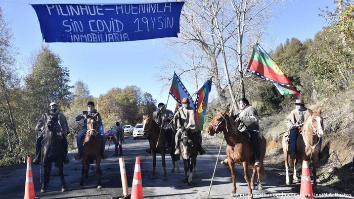 Miembros de una comunidad mapuche controlan la entrada a su territorio.