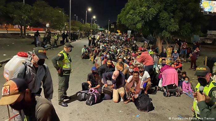 Migrantes venezolanos esperan en la frontera colombo-venezolana que las autoridades de su país los dejen pasar.