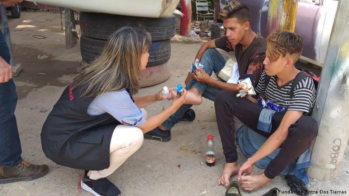 Adriana Parra, de la Fundación Tempus 2020, ayuda a migrantes venezolanos.