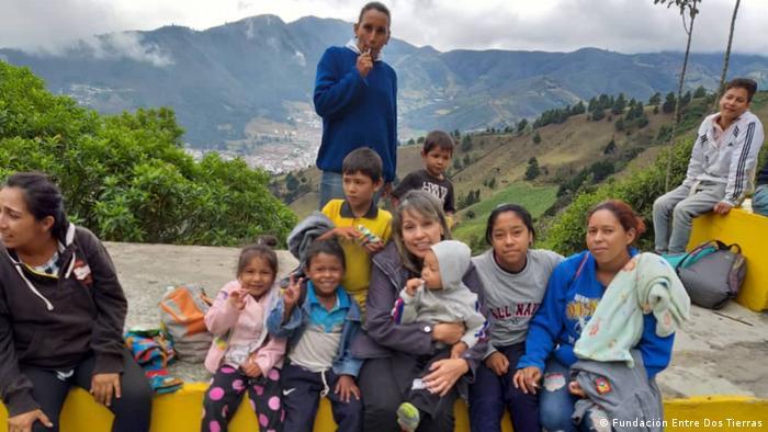 Familias de venezolanos en la vía de regreso a su país. Adriana Parra, de la Fundación Entre dos Tierras, con sede en Bucaramanga, Colombia, sale al camino a socorrerlos