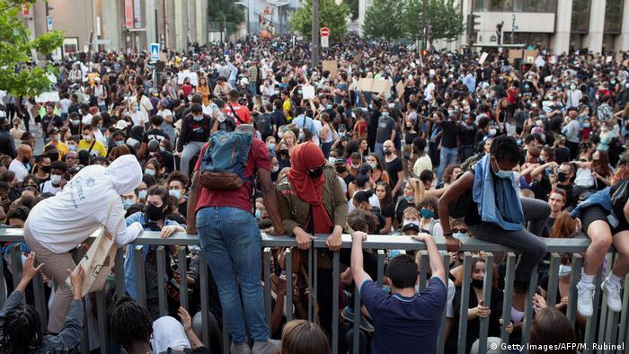 Акция протеста против полицейского насилия в Париже, 2 июня 2020 года