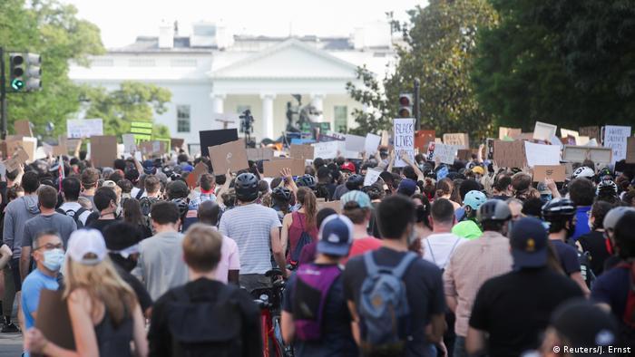 Участники акции протеста в связи с гибелью Джорджа Флойда у Белого дома в Вашингтоне, 2 июня 2020 года