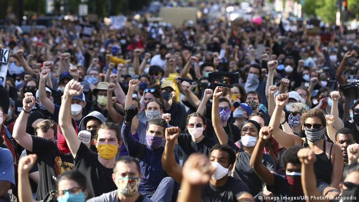 Başkent Washington'da Beyaz Saray yakınlarındaki gösteride polis şiddeti protesto edildi