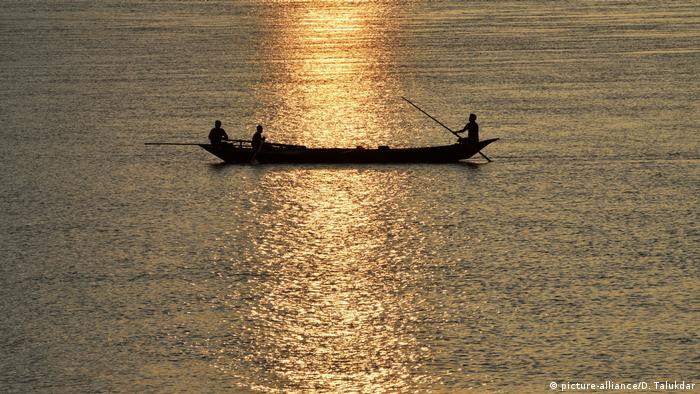 Indien: Fischer in Guwahati (picture-alliance/D. Talukdar)