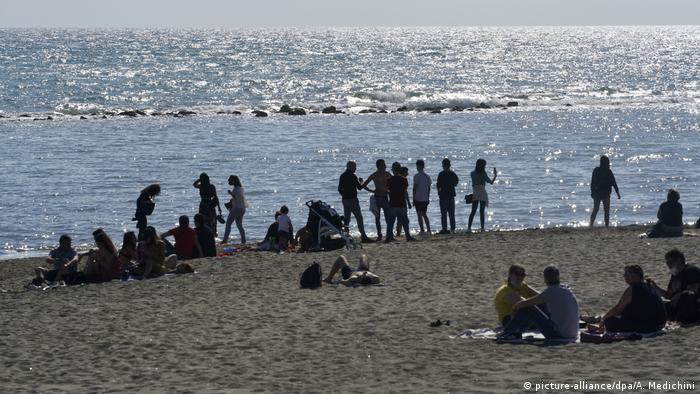 people on the beach of Ostia, Italy (picture-alliance/dpa/A. Medichini)