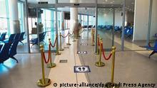 01.06.2020, Saudi-Arabien, Arar: Schilder auf dem Boden zeigen den aufgrund der Corona-Pandemie einzuhaltenden Abstand am Inlandsflughafen Arar an. Der Flughafen wird im Zuge der Lockerungen der Corona-Maßnahmen auf seine Wiedereröffnung für Inlandsflüge vorbereitet. (zu dpa «Die doppelte Krise: Saudi-Arabiens Wirtschaft nach Corona» vom 02.06.2020) Foto: Saudi Press Agency/dpa +++ dpa-Bildfunk +++  
