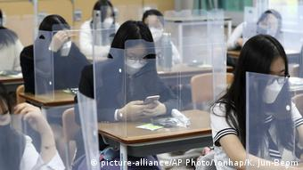 Школьники в масках на занятии