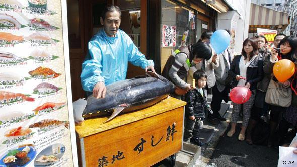 Eine japanische Händlerin mit einem Blauflossen Thunfisch (Foto: AP)