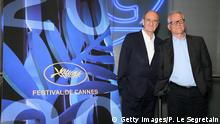 Pierre Lescue und Thierry Fremaux vor Cannes-Filmplakat 2020 (Getty Images/P. Le Segretain)
