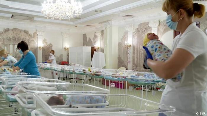 Foto de enfermera en Ucrania con recién nacido