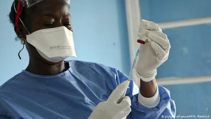 A health worker in DRC prepares an injection