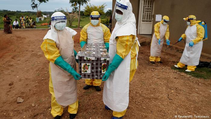 Trabajadores médicos transportan un ataúd en el norte del Congo.