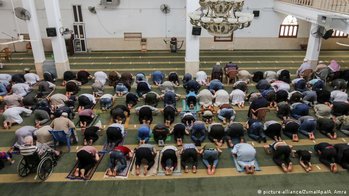 Coronavirus | Gaza-Streifen Palästinenser beten in Moschee (picture-alliance/Zuma/Apa/A. Amra)
