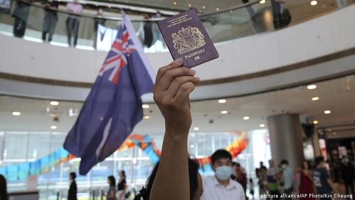 Hongkong Proteste mit britischem Pass (picture alliance/AP Photo/Kin Cheung)