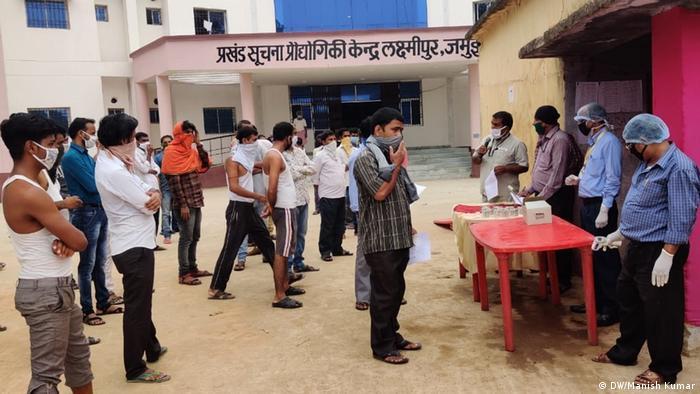 Indien Regierungsbeamte verteilen Familienplanungs-Kits an Wanderarbeiter (DW/Manish Kumar)