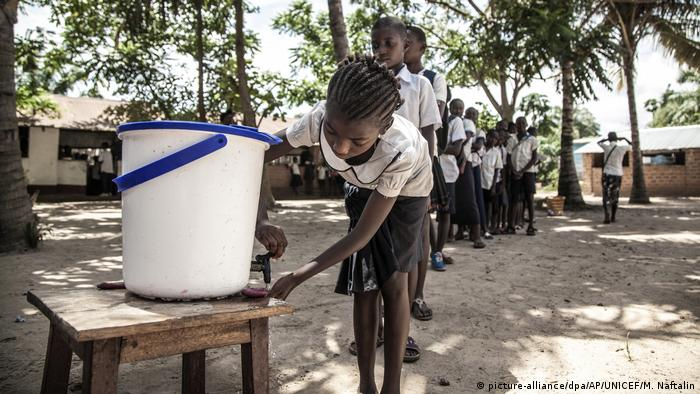 School children wash their hands before entering a classroom in DR Congo. Archive photo from May 22, 2020.