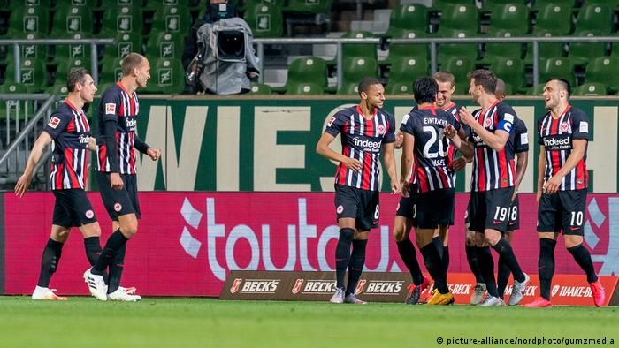 Die Spieler von Eintracht Frankfurt jubeln (Foto: picture-alliance/nordphoto/gumzmedia)