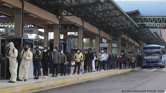 Ecuador Quito Busbahnhof während Coronavirus-Pandemie (picture-alliance/AP Photo/D. Ochoa)
