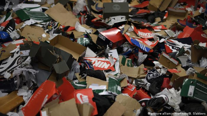 Torn up boxes, some with Nike logo (picture-alliance/NurPhoto/B. Slabbers)