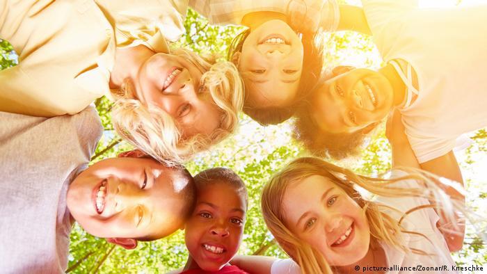 Glückliche multikulturelle Kinder im Kreis