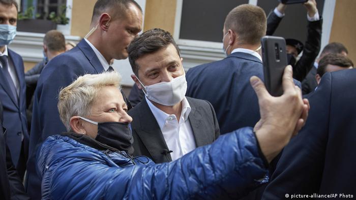 Попри заклики до Українців дотримуватися протиепідемічних правил, Зеленський подекуди сам їх порушує