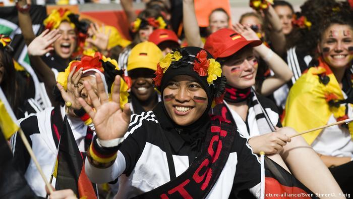 Frauen Fußball Nationalmannschaft Fans (picture-alliance/Sven Simon/A. Fleig)