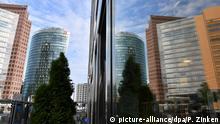 04.06.2020, Berlin: Gebäude am Potsdamer Platz spiegeln sich in einer Scheibe. Foto: Paul Zinken/dpa-Zentralbild/dpa +++ dpa-Bildfunk +++ | Verwendung weltweit