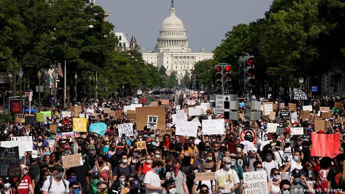 USA | Protest gegen den Tod von George Floyd in Washington (Reuters/J. Roberts)