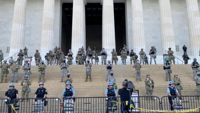 قوات من الحرس الوطني الأمريكي أمام النصب التذكاري لإبراهام لنكولن