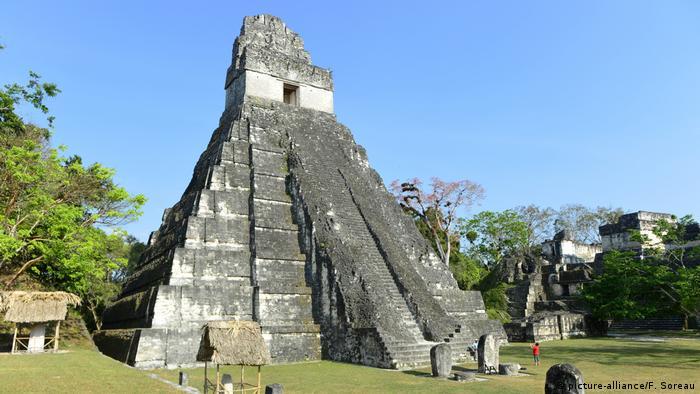 Estructura maya de estilo piramidal en Tikal (Picture-Alliance / F. Soreau)