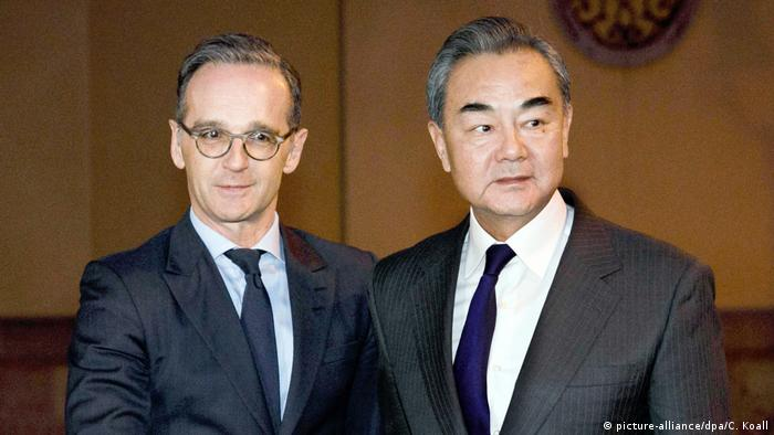 German FM Heiko Maas (l.) and Chinese FM Wang Yi (picture-alliance/dpa/C. Koall)