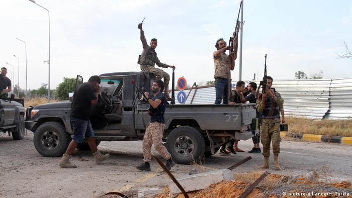 Libya'da General Hafter güçlerine karşı ilerlemeye devam eden UMH savaşçıları