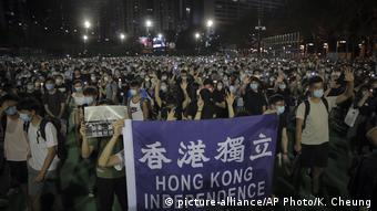Hongkong Gedenkveranstaltung an Massaker am Tian'anmen-Platz (picture-alliance/AP Photo/K. Cheung)